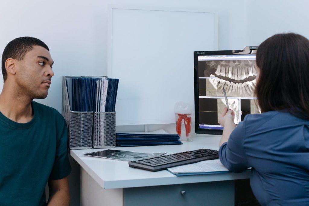 7 Fragen, die Sie Ihrem Zahnarzt stellen müssen